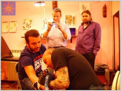 Stefano Spiritelli che tatua Fabrizio Chinaglia
