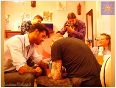 Stefano Spiritelli che tatua Fabrizio Corona