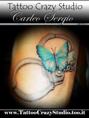 tattoocrazystudio   ---------------farfalla-manette