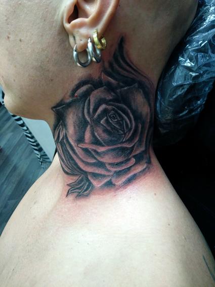 Tatuaggio rosa sul collo-1